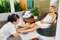 De Lichaamsverzorging van de kuuroordvrouw De Massage van het Aromatherapybeen Skincarebehandeling stock afbeeldingen