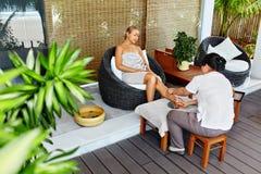 De Lichaamsverzorging van de kuuroordvrouw De Massage van het Aromatherapybeen Skincarebehandeling royalty-vrije stock foto