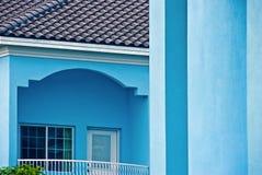 De lichtblauwe bouw met balkon Stock Foto's