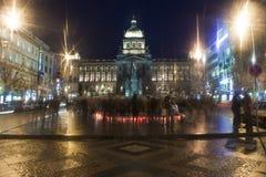 De lichte kaarsen van mensen ter ere van Vaclav Havel Royalty-vrije Stock Foto's