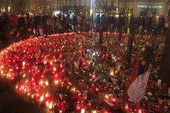 De lichte kaarsen van mensen ter ere van Vaclav Havel Royalty-vrije Stock Foto