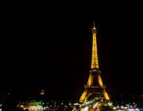 De lichte Prestaties tonen van de toren van Eiffel met donkere hemel Royalty-vrije Stock Fotografie