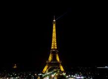 De lichte Prestaties tonen van de toren van Eiffel met donkere hemel Royalty-vrije Stock Afbeeldingen