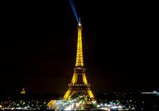 De lichte Prestaties tonen van de toren van Eiffel met donkere hemel Stock Foto's
