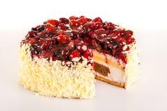 De lichte romige cake van het dessert met rode bessen Stock Foto's