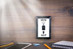 De lichte schakelaar wordt geschakeld vanaf 2017 tot 2018 Nieuwjaar` s Zaken en Kansachtergrond Stock Fotografie