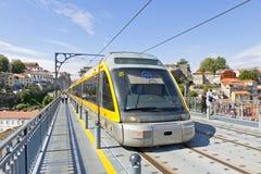 De lichte spoortrein van Metro doet Porto, Portugal Stock Foto