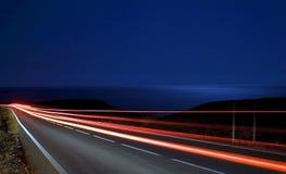 De lichte sporen van de snelheid dichtbij het overzees Royalty-vrije Stock Foto