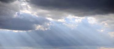 De lichte stralen glanzen door de donkere wolken Royalty-vrije Stock Foto's