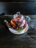 De lichte theekop met een hete drank Stock Foto