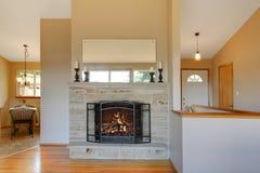 De lichte warme tonenopen haard is een groot idee voor uw woonkamer Royalty-vrije Stock Foto's
