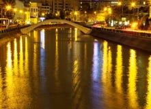 De lichten en de bezinning van de nachtstad in de rivier Royalty-vrije Stock Foto