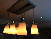 De lichten glanzen helder De lampen verstrekken verlichting bij nacht royalty-vrije stock foto