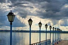 De lichten op de brug bij het meer Royalty-vrije Stock Fotografie