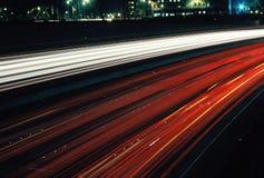 De lichten van de auto bij nacht Stock Foto's