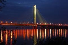 De lichten van de avond van de brug Stock Fotografie