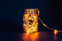 De lichten van de Kerstmisfee in een metselaarkruik Royalty-vrije Stock Foto's