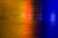 De lichten van de stad die in vlot water worden weerspiegeld Stock Foto's