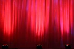 De lichten van de vlek op rood gordijn Royalty-vrije Stock Fotografie