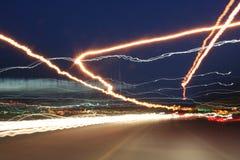De lichten van de weg bij nacht Stock Foto's