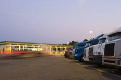 De lichten van het avondwegrestaurant van aantal vrachtwagens in parkeren Stock Foto