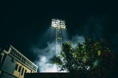 De lichten van het sportstadion in rook stock afbeeldingen