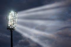 De Lichten van het stadion tegen de Donkere Hemel van de Nacht Stock Afbeelding