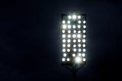 De Lichten van het stadion tegen de Donkere Hemel van de Nacht Royalty-vrije Stock Afbeelding