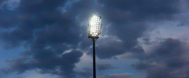 De Lichten van het stadion tegen de Donkere Hemel van de Nacht Stock Fotografie