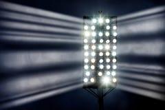 De Lichten van het stadion tegen de Donkere Hemel van de Nacht Stock Afbeeldingen
