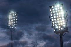 De Lichten van het stadion tegen de Donkere Hemel van de Nacht Stock Foto's
