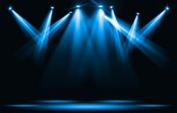 De lichten van het stadium Blauwe schijnwerperstaking door de duisternis Royalty-vrije Stock Foto