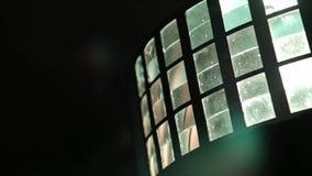 De lichten van het stadium licht-muziek Verscheidene projectoren in dark Purpere schijnwerperstaking door de duisternis schitter  Royalty-vrije Stock Afbeelding
