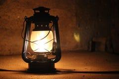 De lichten van de kerosinelamp in dark dichtbij een steenmuur Royalty-vrije Stock Fotografie