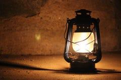 De lichten van de kerosinelamp in dark dichtbij een steenmuur Royalty-vrije Stock Afbeelding