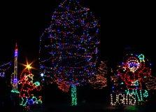De Lichten van Kerstmis - Kerstman en Elf die Boom verfraaien Stock Afbeelding