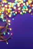 De lichten van Kerstmis op donkerblauwe achtergrond Royalty-vrije Stock Foto