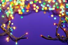 De lichten van Kerstmis op donkerblauwe achtergrond Royalty-vrije Stock Afbeeldingen