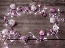 De lichten van Kerstmis op een houten achtergrond Stock Afbeeldingen