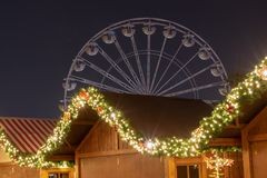 De lichten van de Kerstmismarkt met ferriswiel op de achtergrond royalty-vrije stock fotografie