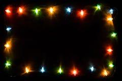 De lichten van de Kerstmisslinger op blauwe houten achtergrond Royalty-vrije Stock Afbeelding