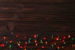 De lichten van de Kerstmisslinger op bruine achtergrond, exemplaarruimte royalty-vrije stock foto's