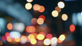 De lichten van de nachtstad Defocusedbeweging van auto's op een bezige weg stock video