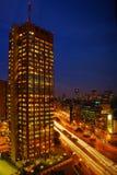 Wolkenkrabber bij nacht royalty-vrije stock afbeeldingen