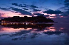 De lichten van de stad en zetten Igueldo op worden nagedacht in het strand van de stad van La Concha van Donostia stock afbeelding