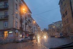 De Lichten van straatbokeh uit Nadruk Autumn Abstract Backdrop Mening door autoraam met regendalingen Stock Fotografie