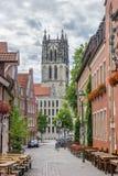 De Liebfrauenkirschekerk en cobblestoned straat in Munster stock afbeeldingen
