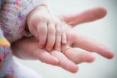 De liefde en de tederheid van de vader Stock Foto