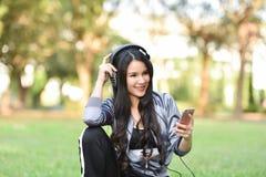 De liefde luistert aan muziek stock afbeelding