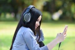 De liefde luistert aan muziek royalty-vrije stock afbeeldingen
